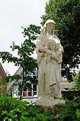 Neogotisch beeld van de Heilige Anna met Maria als kind op het voorplein van de Annakapel