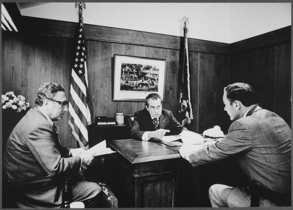 Meeting at Camp David to discuss the Vietnam situation - NARA - 194466