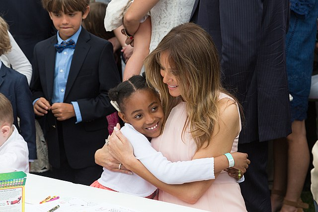 From commons.wikimedia.org: Melania Trump with child {MID-307395}