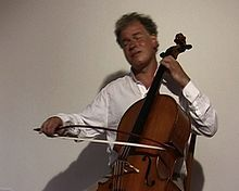 Description de l'image  Michael_Bach,_Cello_with_BACH.Bow.jpg.