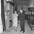 Mr DU Stikker en diens echtgenote wordt door koningin Juliana op Paleis Soest, Bestanddeelnr 916-6272.jpg