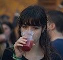 Mujer joven bebiendo un zumo.jpg