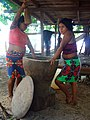 Mujeres pilando La Mochila.jpg
