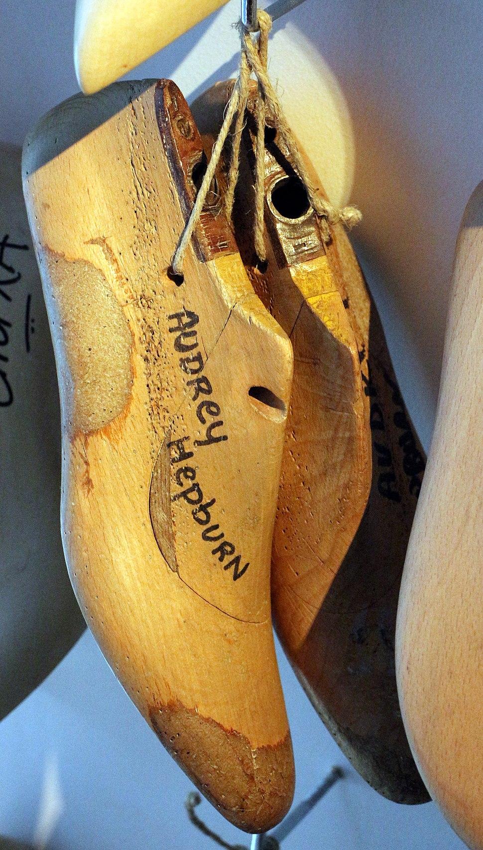 Museo ferragamo, modello in legno per calzature su misura di audrey hepburn