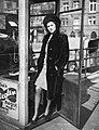 Nő, 1940 Budapest, a Belgrád rakparton egy telefonfülkénél. Fortepan 31187.jpg