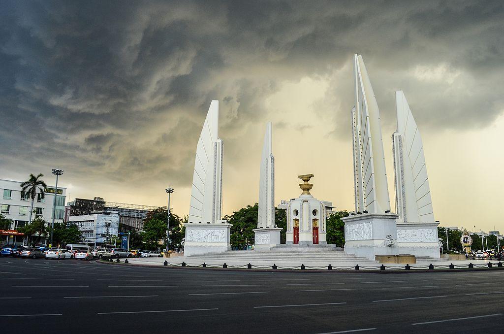 Monument de la démocratie avec quelques nuages métaphoriques au dessus - Photo de Narongchaiv