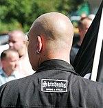 Neonazi-skinheads-weiss-und-stolz crop.jpg