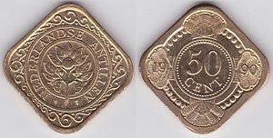 Zwei quadratische Münzen aus hellem Metall nebeneinander, auf einer Ecke stehend. Die linke Münze zeigt in der Mitte eine Blume, darum einen Kreis mit der Inschrift NEDERLANDSE ANTILLEN und Ornamente. Auf der rechten Münze steht 50c, und am Rand sind Ornamente