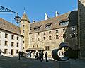 Neuchâtel château cour 2.jpg
