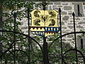 Obersontheim, Schloss, Blick nach NW auf das Wappenschild am Tor vor der Torturmbrücke.JPG