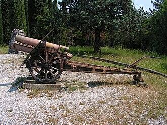 10 cm Gebirgshaubitze M 8 - M.10 at an Italian military cemetery