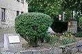 Pamětní deska a boží muka, prostor před domem Kanina 2, Kanina, okr. Mělník, Středočeský kraj.jpg