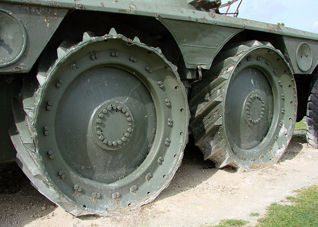*Montage en cours* EBR-10 Wheel reconnaissance vehicule [Hobbyboss 1/35] 640px-Panhard_EBR_150808_06