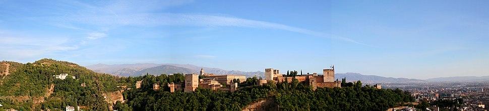 Vista panorámica da Alhambra con Serra Nevada ó fondo.