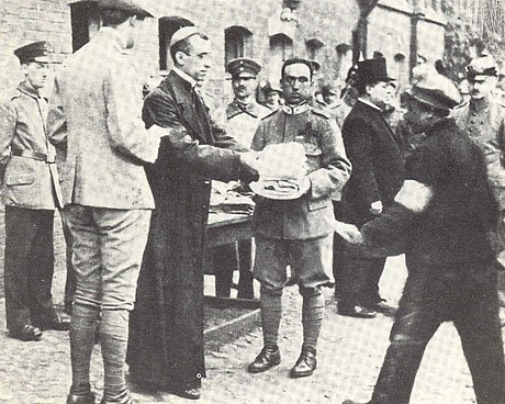 Nuncio Eugenio Pacelli delivers packages from Benedict XV to Italian POWs in 1917 Pio1917.jpg