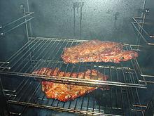 Carne di maiale durante l'affumicatura.