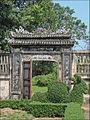 Porte de la cour du pavillon de lecture (Cité impériale, Hué) (4381970338).jpg