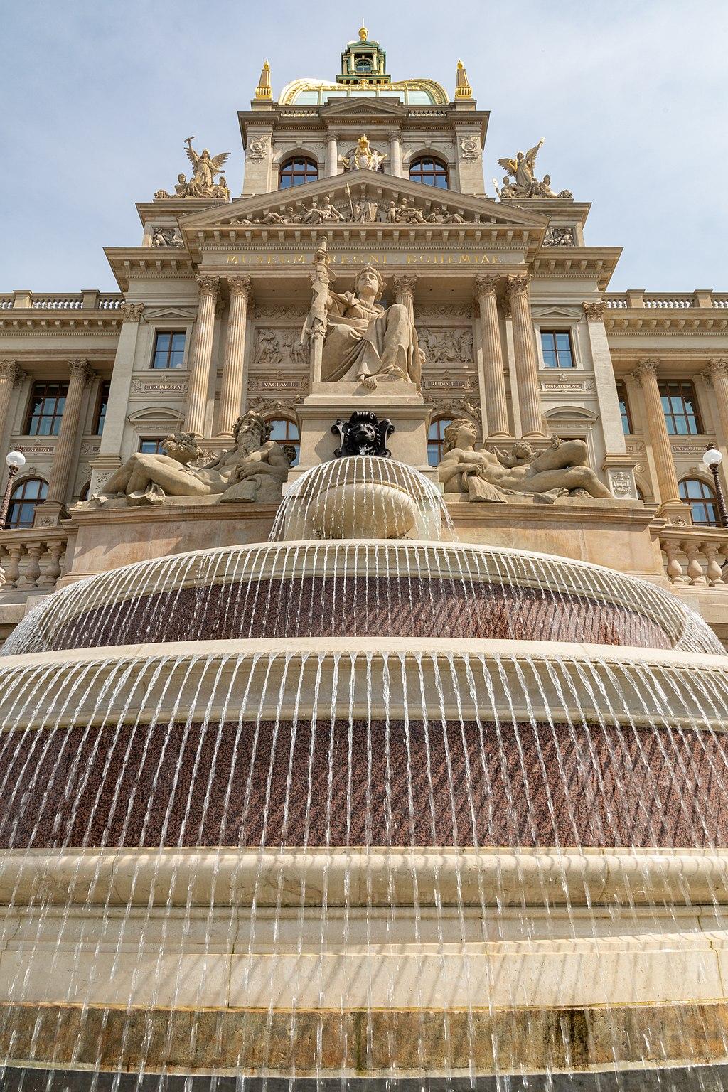 Prag, Nationalmuseum, Brunnen -- 2019 -- 6841.jpg