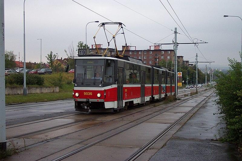 File:Praha, Hloubětín, Lehovec, tram KT8D5.JPG