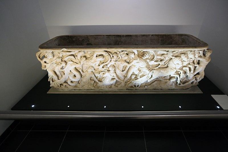 File:Proserpina-Sarkophag mit dem Relief Raub der Proserpina. Domschatzkammer Aachen.jpg