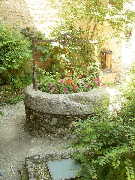 Ancien puits reconverti en jardinière.