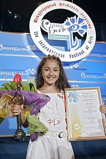 Description de l'image RIAN archive 323354 Russia's Lara, 10, won the Grand Prix and the Lira special prize during the Sixth Children's International Music Contest Vitebsk-2008, part of the Slavyansky Bazar Music festival in Vitebsk.jpg.