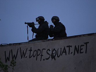 Squatting - Police during eviction of the Topf & Söhne squat, 16 April 2009