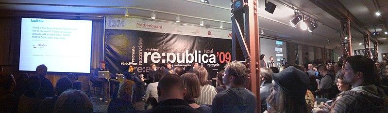 File:Re-publica 2009 twitterlesung.jpg