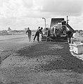 Recreatieterreinen, vliegvelden ed, uitbreidingen taxibanen, asfaltinstallatie, Bestanddeelnr 163-1063.jpg