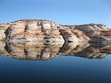 Reflet Roches Sur Le Lac Powell.jpg