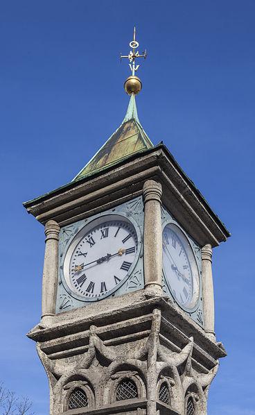 File:Reloj y estación meteorológica en la plaza Aufsessplatz, Núremberg, Alemania, 2013-03-16, DD 03.JPG