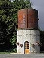 Saint-Brice-en-Coglès (35) Château-d'eau de l'ancienne gare.jpg
