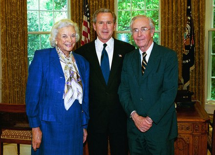Justice O'Connor and her husband John O'Connor with President George W. Bush in May 2004. SandraOconnor and GeorgeWBush May2004.jpg