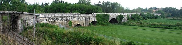 Photo d'un pont dans un paysage de verdure