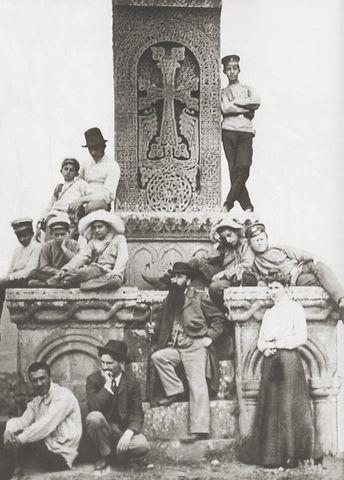 Художник Мартирос Сарьян (второй снизу слева) рядом с хачкаром в армянском монастыре Санаин в 1902 году