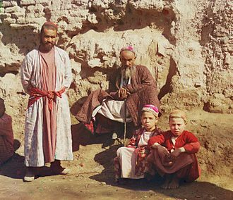 Uzbekistan - Two Sart men and two Sart boys in Samarkand, c. 1910