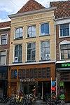 foto van Pand met gepleisterde gevel, forse kroonlijst, halfronde beëindigde ramen op de verdiepingen en jongere onderpui