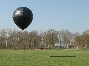 Solar balloon - A 4 meters high solar balloon floats over a meadow.