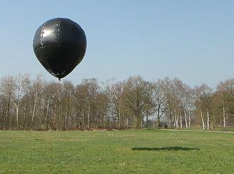 Solar balloon - A 4 meters high solar balloon floats over a meadow.