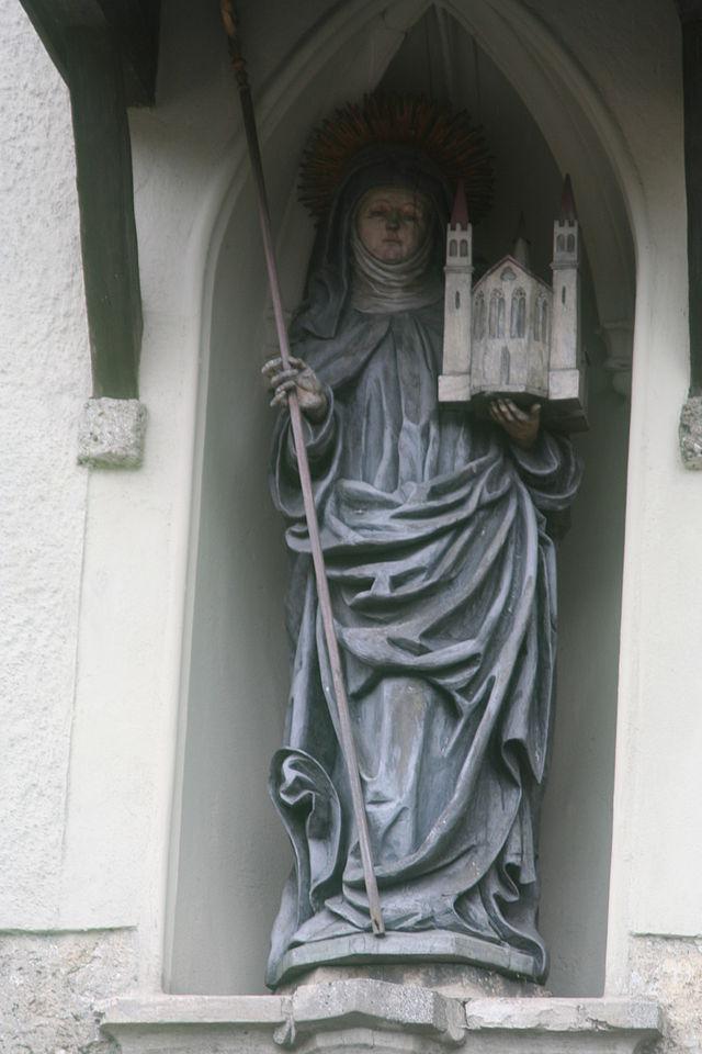 Statue av Erentrudis i portalen til benediktinerinneklisteret Nonnberg