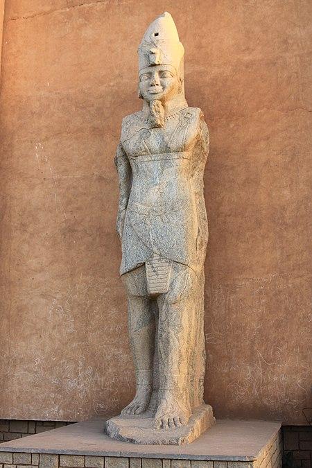 تمثال داخل المتحف القومي