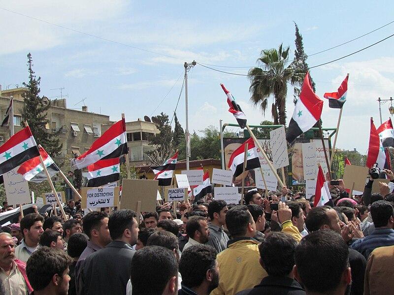 Manifestation de l'opposition à Duma, le 8 avril 2011. Les manifestants ont d'abord utilisé les drapeaux nationaux avant de revenir à l'ancien drapeau de la Syrie.
