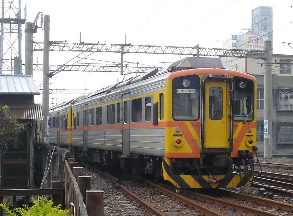 https://upload.wikimedia.org/wikipedia/commons/thumb/9/9f/TRA_DRC1025_at_Taichung_Station_20060129.jpg/1024px-TRA_DRC1025_at_Taichung_Station_20060129.jpg