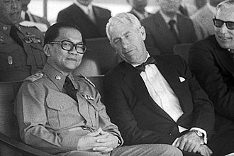 Thanin Kraivichien - Prime Minister Thanin with US ambassador Charles S. Whitehouse in 1976