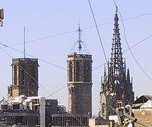 Torres i cimbori catedral Barcelona.jpg