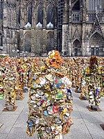 Trash People vor dem Kölner Dom