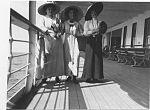 Tre kvinnor på Balmoral, 1911.jpg