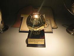 Piedpilk-forma trofeo, pliiĝis sur bazo