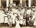 Tropenmuseum Royal Tropical Institute Objectnumber 60012342 Portret van een groep kinderen van ge.jpg