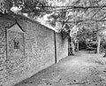 Tuinmuur met houten nis afbakening met gevelsteen - Sambeek - 20340898 - RCE.jpg
